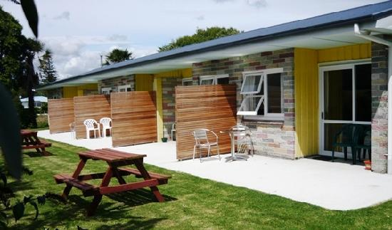 Otaki Motel: Back balcony and picnic space