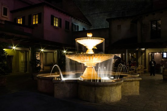 SunSquare Montecasino: Square outside, many great restaurants.