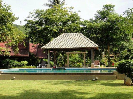 Baan Laem Noi Villa's: The pool is big enough for the 7 cottages.