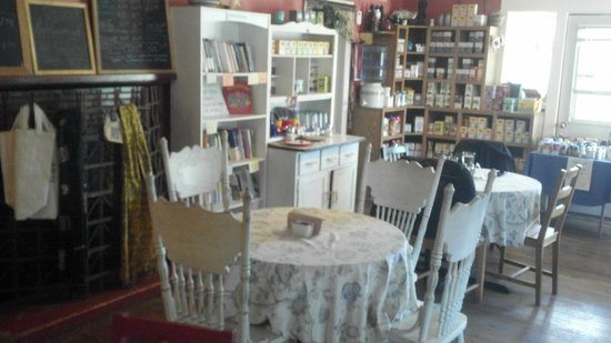 Amelia's Garden Green Grocer and Organic Cafe: Quaint country setting