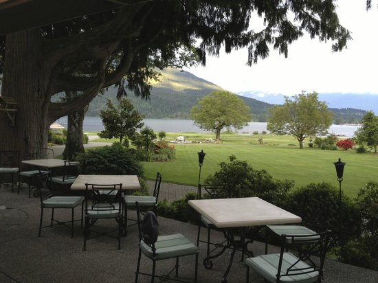 Rowena's Inn on the River: Restaurant deck with golf course, river and mountains