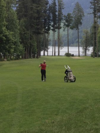 Rowena's Inn on the River: Golf 11th hole towards river