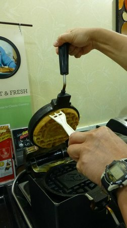 Country Inn & Suites By Carlson, Cool Springs: Waffle Iron