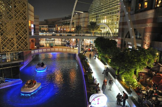 Dubai Festival City Mall: promenade area