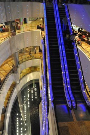 Dubai Festival City Mall: escalators