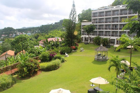 Bel Jou Hotel: Looking across the gardens from the restaurant
