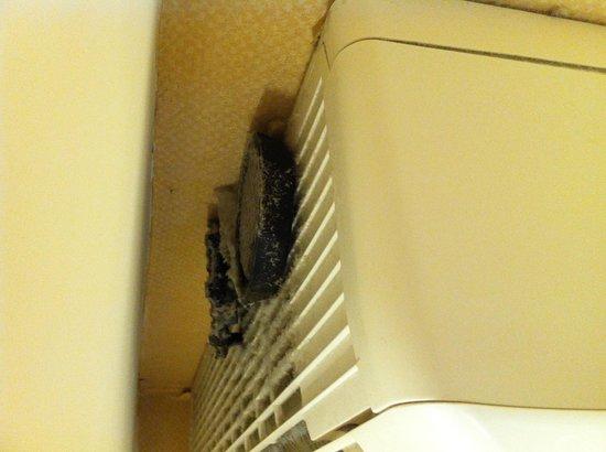 Hotel Color: 骯髒的冷氣機上面!