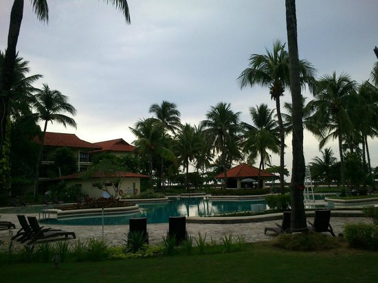 Mercure Manado Tateli Beach Resort : The pool and surroundings, 6AM in the morning.