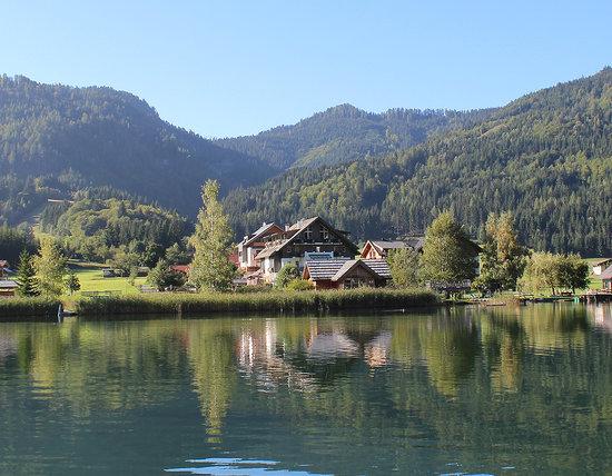 Seehaus Winkler: Unser Haus liegt direkt auf am Südufer des Weissensees am Beginn eines Naturschutzgebietes. Sehr
