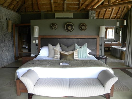 Dulini Leadwood Lodge: King Bed