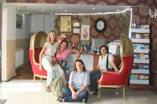 Sirma Sultan Hotel Istanbul: Our group in the reception area