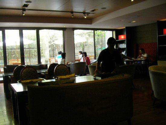 City Suites Taipei Nanxi: 中庭に面した朝食会場は、ほどよい広さ