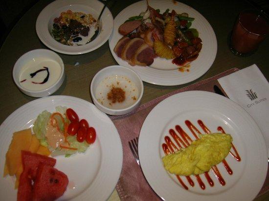 City Suites Taipei Nanxi: 様々な料理やフルーツがのモーニングビュッフェ。オムレツはその都度焼いてくれます