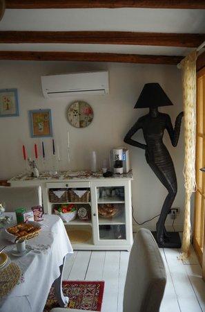 B&B La Casa nella Roccia: Interno soggiorno: notare la lampada da terra: uno spettacolo