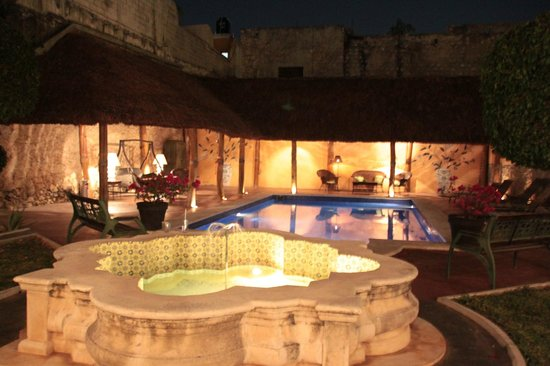 Hotel Casa Lucia: Hotel Pool by Night