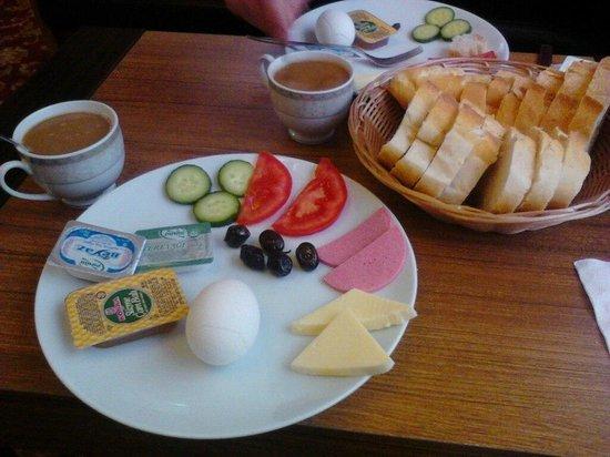 Hotel Rose Bouquets: Завтрак. Мы с моим супругом назвали это шведская тарелка