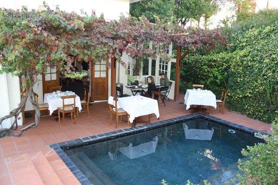 Acorn House: ontbijt aan het zwembad