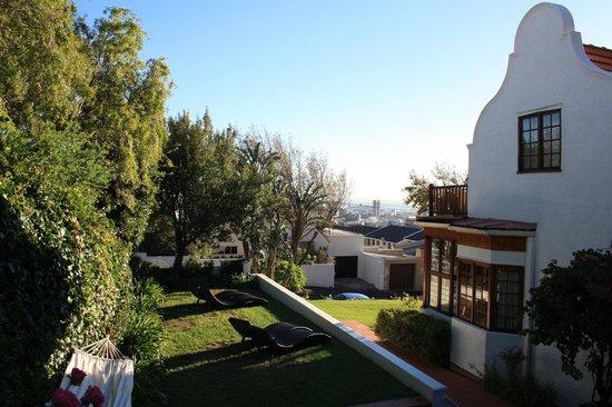 Acorn House: zicht vanuit de tuin om kaapstad