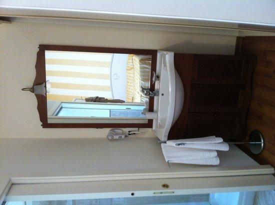 Hotel Viscardo: Lavandino in camera