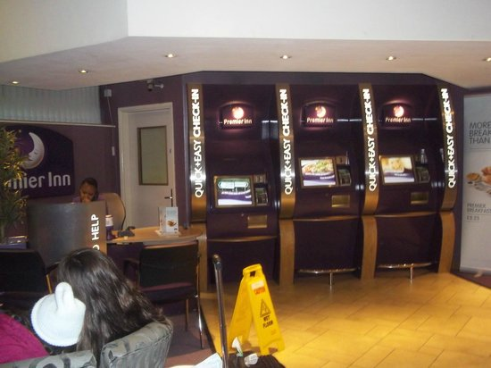 Premier Inn Manchester City Centre - Portland Street: Lobby with self check-in or a receptionist to help you