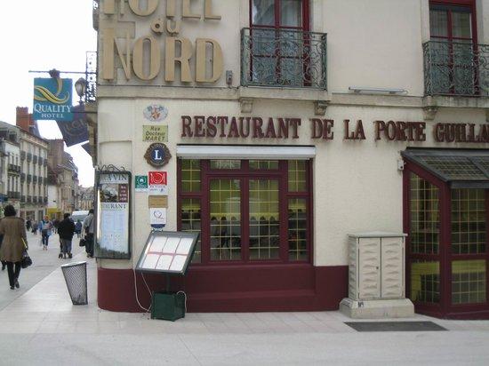 Hotel Quality Dijon Centre: Aussenansicht des Hotels in der Fussgängerzone