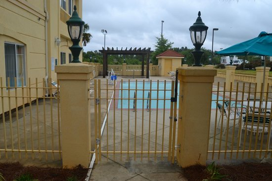La Quinta Inn & Suites Mobile - Daphne: The pool at the hotel.