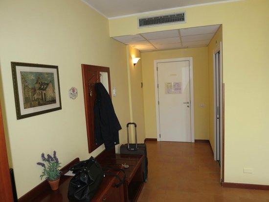 Hotel Brixellum: L'entrata della stanza