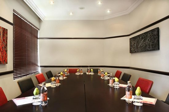 Court Classique Suite Hotel: The Harvard Room can accommodate conferences for up to 12 delegates.