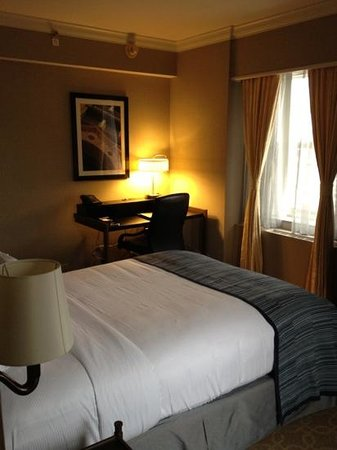 Hilton Milwaukee City Center: Cozy, but comfy Room 1215, a one-queen corner room