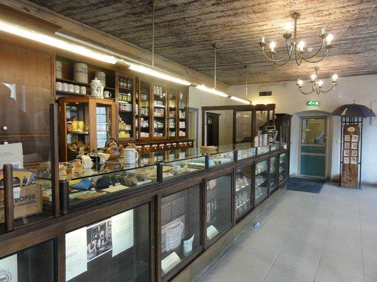 Town Council's Aphothecary : Mostrador de la farmacia.