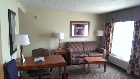 Hampton Inn & Suites Grand Rapids Airport / 28th St: Sitting Area - King Suite