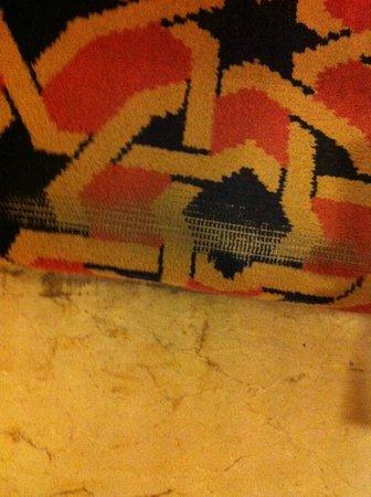 Hotel Sevilla Macarena: le tapis de l'escalier est bien vieux