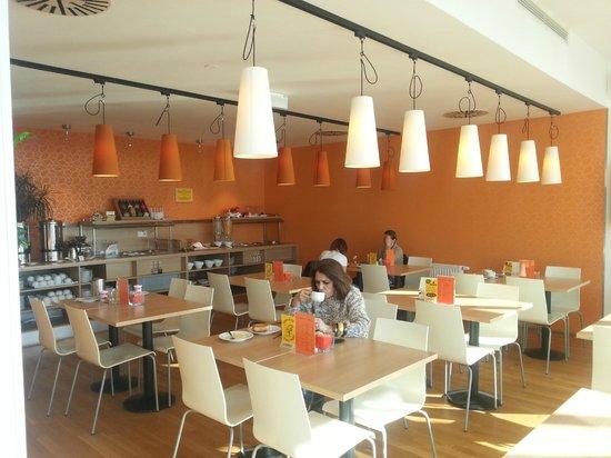 Orange Wings Wiener Neustadt: Heller & freundlicher Frühstücksraum mit Buffet im Hintergrund