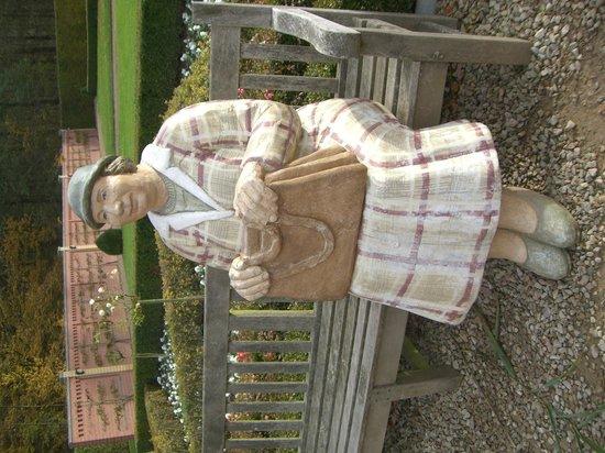 Kasteel Terworm: Statue in gardens