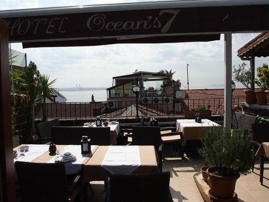Ocean's 7 Hotel : 朝食 屋上テラス(海側オープンエアー)