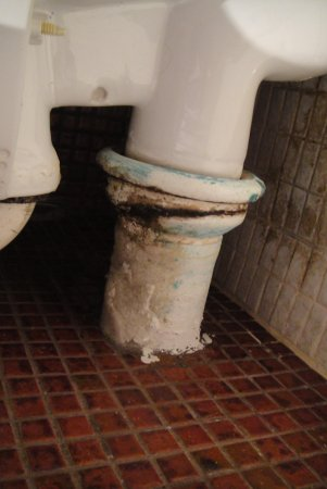 Kings Perth Hotel: Lavatory waste pipe