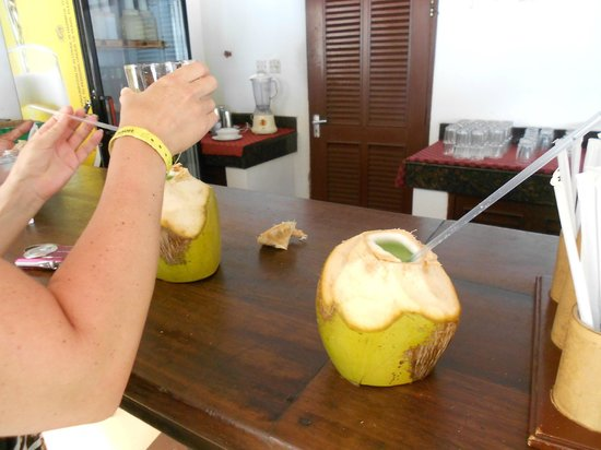 Southern Palms Beach Resort: Duke's coconuts