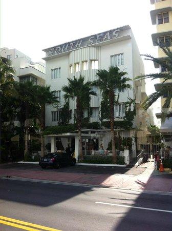 South Seas Hotel: vue depuis l'entrée de l'hôtel