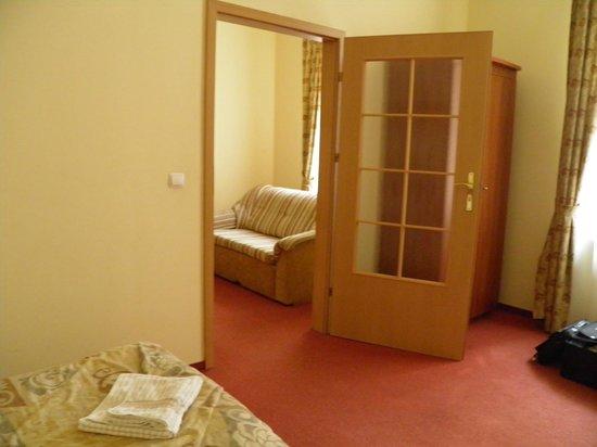 Krakow City Apartments: Salon vu de la chambre