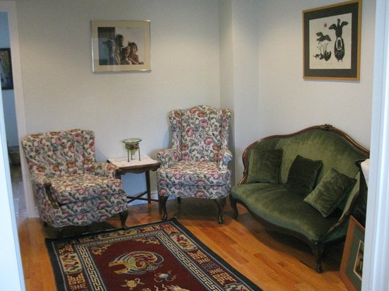 Rose Garden Bed and Breakfast: Sitting Room