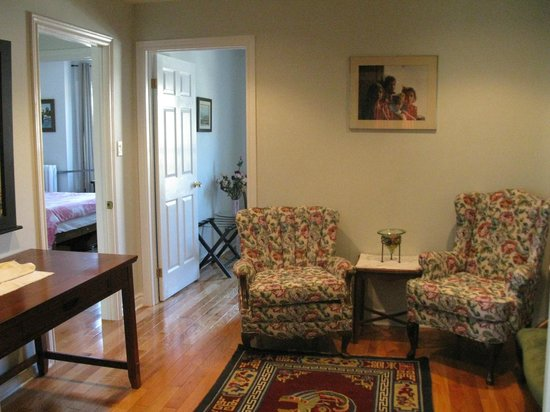 Rose Garden Bed and Breakfast: Sitting Room (2)