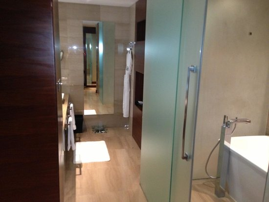 Fairmont Bab Al Bahr: Great Bathroom With Rain Shower Wet Room
