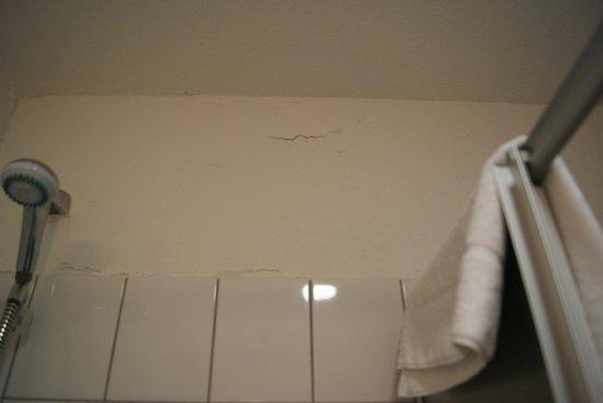 Apart Hotel Sehnde: Der Verputz im Baadezimmer pröckelt ab