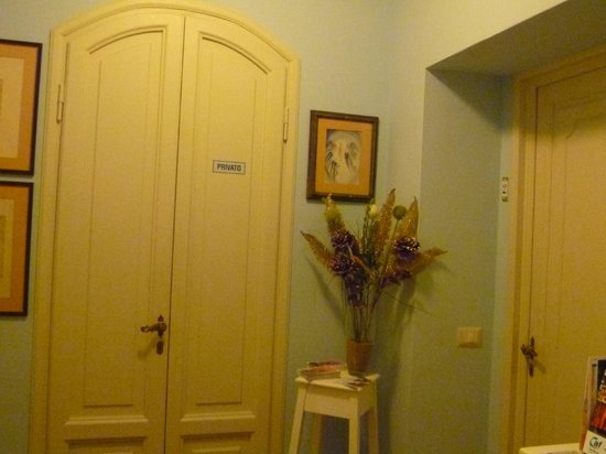 Al Duomo: la porta di ingresso in camera