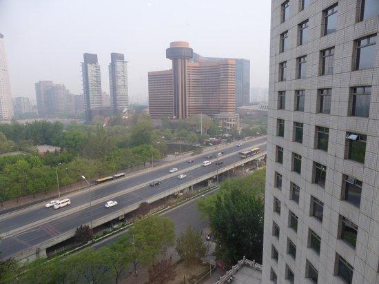 Landmark Towers Hotel: Blick auf einen Teil des Hotels und die Hauptstraße
