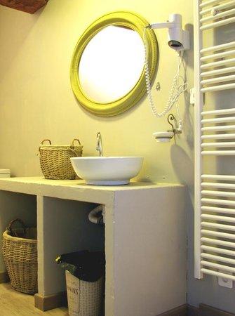 Le Moulin des Gaffins : Salle de bain chambre 4 personnes. 2 chambres communicantes