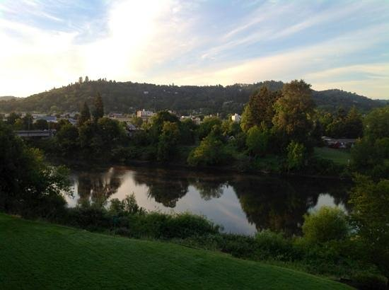 Holiday Inn Express Roseburg: relaxing view from the balcony