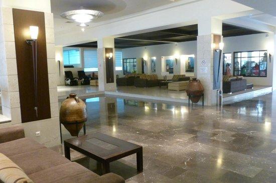 Blue Bay Beach Hotel: hotel lobby