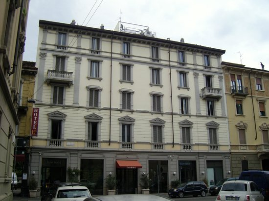 EuroHotel: Frontansicht! Liegt in einer Seitenstraße aber direkt am Porta Venezia