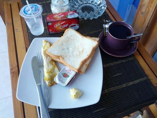 CF Komodo Hotel : basic breakfast of coffee, toast and omelet